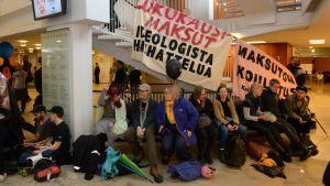 Demonstration på Helsingfors universitet.