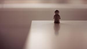 muovinen pikku-ukko pöydän reunalla