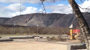 En grådaskig gruva i bakgrunden pch en rutschbana i förgrunden.