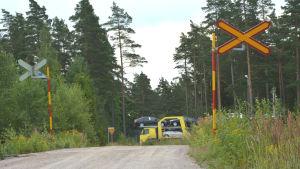 En bomförsedd plankorsning över Hangö-Hyvingebanan i  Mjölbolsta.