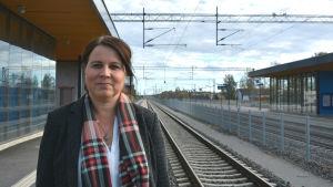 Margita Sundstedt står på perrongen vid Bennäs tågstation i Pedersöre