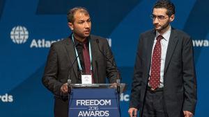 Den humanitära organisationen Vita hjälmarna mottog the Atlantic Council Freedom Award i Polen i juni, och är också tippade för Nobels fredspris. På bilden Farouq al Habib (till höger) och och Raed al Saleh, som representerar organisationen.
