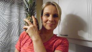 Bild på Susanne Strömberg tillsammans med en ananas.
