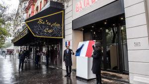 President francois Hollande avtäcker en minnesplakett utanför konsertlokalen Bataclan i Paris.