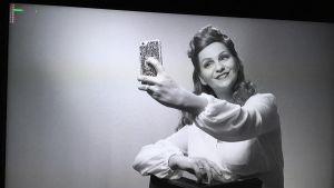 Janina Fry tar en selfie med sin mobiltelefon.