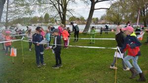Skolbarn i Ekenäs fick prova på orientering i Skepparträdgården.