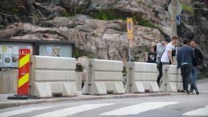 Betongblock utanför Tempelplatsens kyrka i Helsingfors.