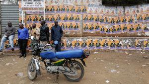 Oppositionens anhängare i kenyas huvudstad Nairobi, tvådagar efter president- och parlamentsvalet 2017. Protesterna mot valresultatet har förlöpt lungare under torsdagen.