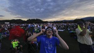 Amerikaner tittar på solförmörkelsen den 21 augusti i Rabun Gap i delstaten Georgia.