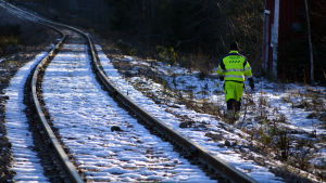 Destia-anställd granskar järnvägen till Lovisa
