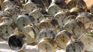 Väckarklockor på marknad i Trento, Italien
