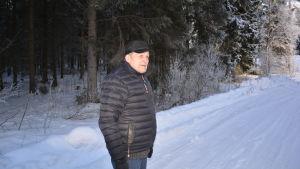 På den plats på vägen till Andra sjön i Nykarleby där Lars Pensar står skedde arkebuseringen av 16 ryska soldater den 2 mars 1918