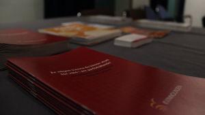 En häfte med information om vål ligger på ett bord.