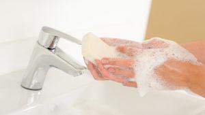 Tvätta händerna.