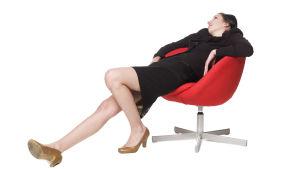 Kvinna sitter på stol.