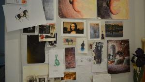 En stor tavla med massor av små bilder och teckningar.