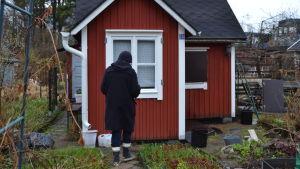 Marga Brunila från Brunakärr koloniträdgårdsförening utanför sin kolonistuga.