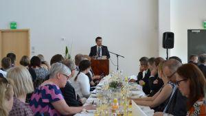 Jonas Åkerman från Wärtsilä håller ett anförande på invigningen av energilaboratoriet i Vasa.