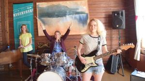 Alexandra Jensen, Sofia Fri-Xavier och Amanda Tverin musicerar.