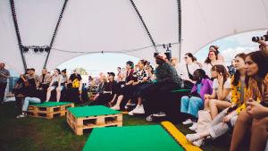 Yleisöä Ruisrockin Kupla-teltassa.