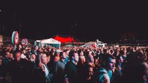 Yleisöä Flow Festivalilla