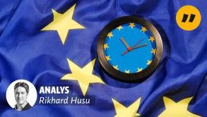 En blå EU-klocka mot EU:s flagga. I övre högra hörnet ett citattecken, och i det nedre vänstra en bild av Rikhard Husu och texten: Analys.