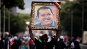 Nicolas Maduros popularitet har rasat men han stöds ännu av armén och sina egna, mest lojala anhängare