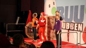 BUU-ledare uppträder i showen.