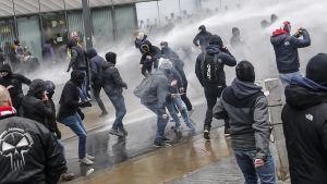Demonstranter beskjuts med vattenkanoner i Bryssel.