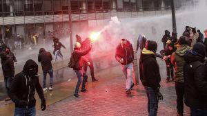 Demonstrant med bengalisk eld i Bryssel.