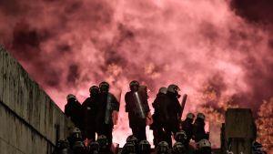 Demonstranterna kastade brandbomber och kravallpolisen avfyrade tårgasgranater utanför parlamentet i Aten.