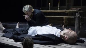 Marjukka Tepponen och Ville Rusanen som Mona och Petter Kummel i  operan Jää (Is).