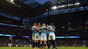 Manchester Citys spelare kramar om varandra efter seger.