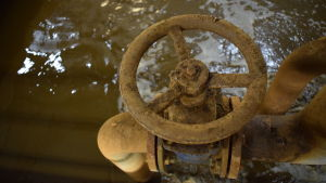 En rund kran som man kan vrida på i ett avloppsreningsverk.