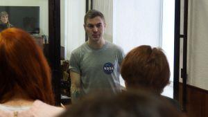 Vallankaappauksen valmistelusta epäilty Dmitri Ptšelintsev puhuu sukulaistenka kanssa lasikopista Penzan alueoikeudessa.