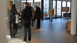 Röstberättigade personer köar för att få rösta i riksdagsvalet 2019.