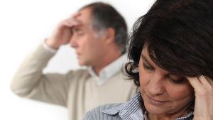 en man och en kvinna är trötta på varann.