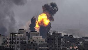 Rökmoln och höga lågor över Gaza city efter israeliska flygattacker på lördagen.