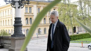 Pekka Haavisto anländer till Ständerhuset.