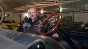 Anders Jansson står bakom en gammal öppen Ford