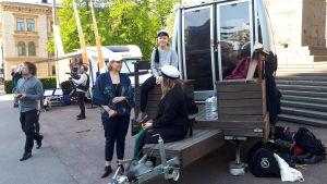 Studerande från Aaltouniversitetet demonstrerar utanför Ständerhuset.