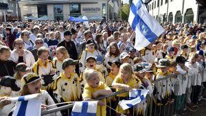 Människor i Riihimäki firar Lejonens VM-guld.