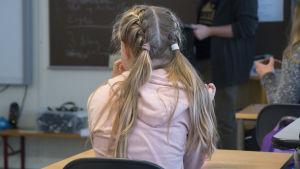 Flicka i klassrum