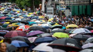 Demonstranter håller upp paraplyn under demonstration i Hongkong.