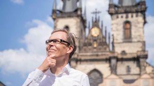 kaj arnö vid katedral i Prag, håller sig om hakan