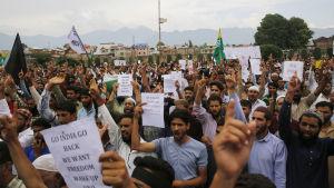 Indien återinförde utegångsförbudet i huvudstaden Srinagar efter massiva protester och oroligheter under veckosslutet