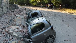 Bilar krossade av stenar som fallit ner på dem.