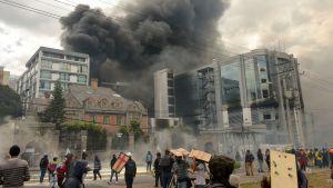 Regeringsbyggnader attackerades i Quito.