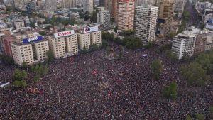 En flygbild visar en stor folkmassa på ett torg i Santiago.