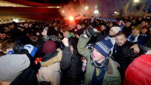människor på medborgarplatsen skriker och glädjs över mål i fotbollsmatch.
